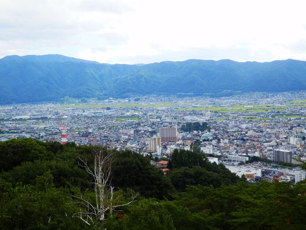 長野県の立石公園の時計塔から諏訪の市街地を望む