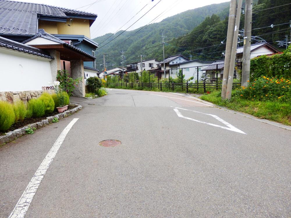 長野県塩尻市の奈良井宿の線路東側の路地