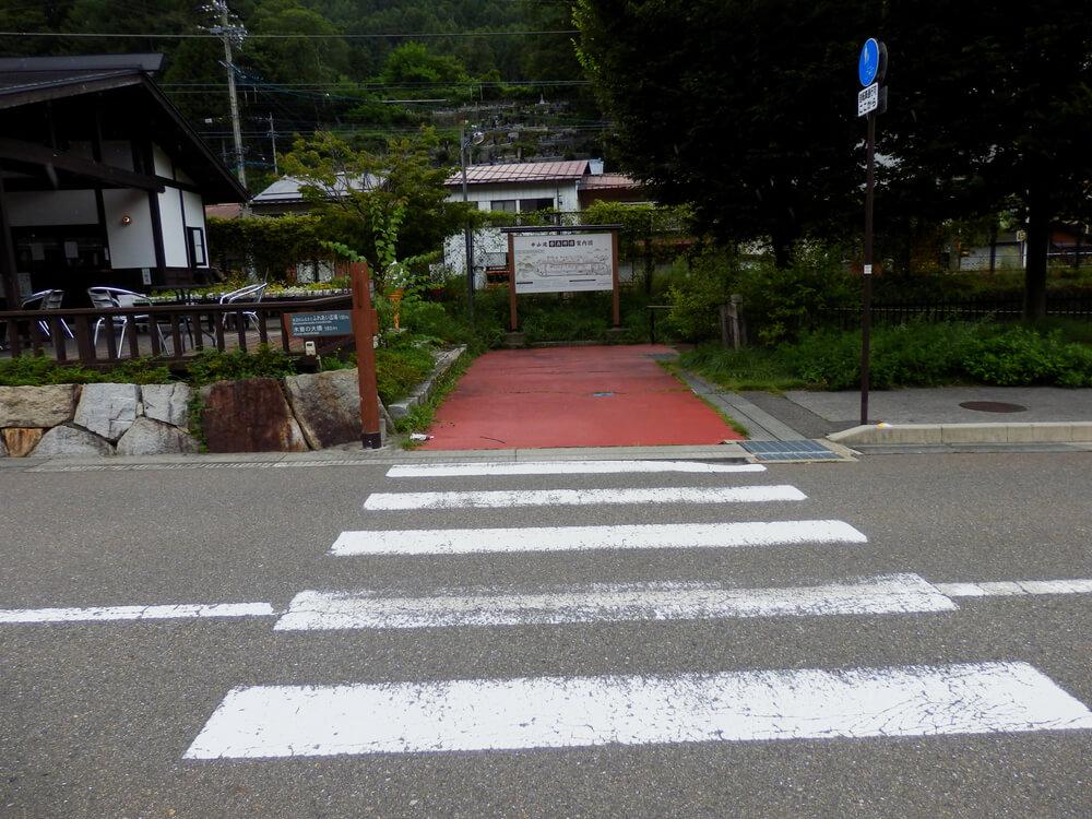 長野県塩尻市の奈良井宿の奈良井宿土産物店前の横断歩道