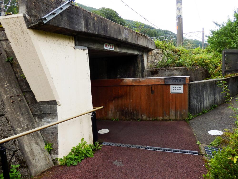 長野県塩尻市の奈良井宿へと向かう線路下のアンダーパス入口