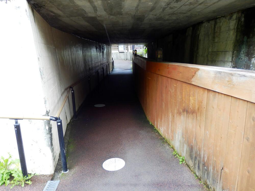 長野県塩尻市の奈良井宿へと向かう線路下のアンダーパス