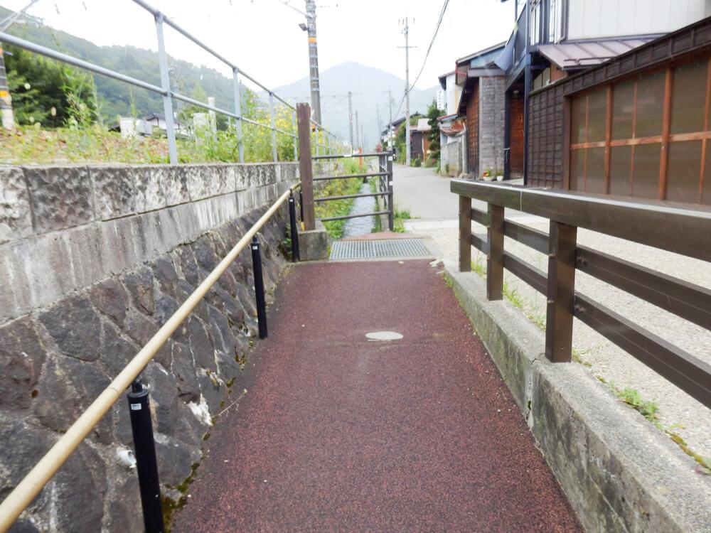 長野県塩尻市の奈良井宿へと向かう線路下のアンダーパスの出口からのスロープ