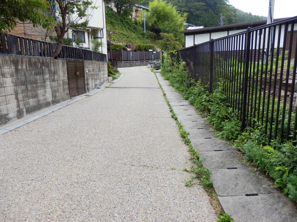 長野県塩尻市の奈良井宿へと向かう線路下のアンダーパスを抜けた先の路地