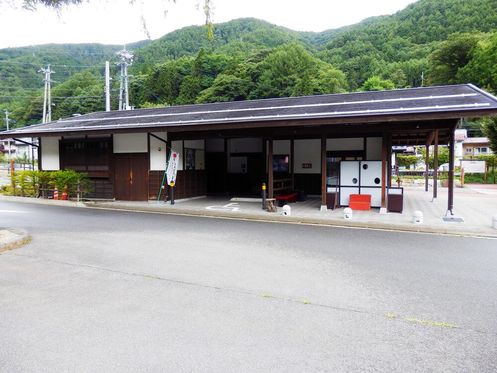 長野県塩尻市の奈良井宿の駐車場に隣接したトイレ