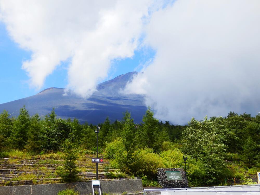 富士山御殿場口駐車場から望む霞のかかった富士山頂