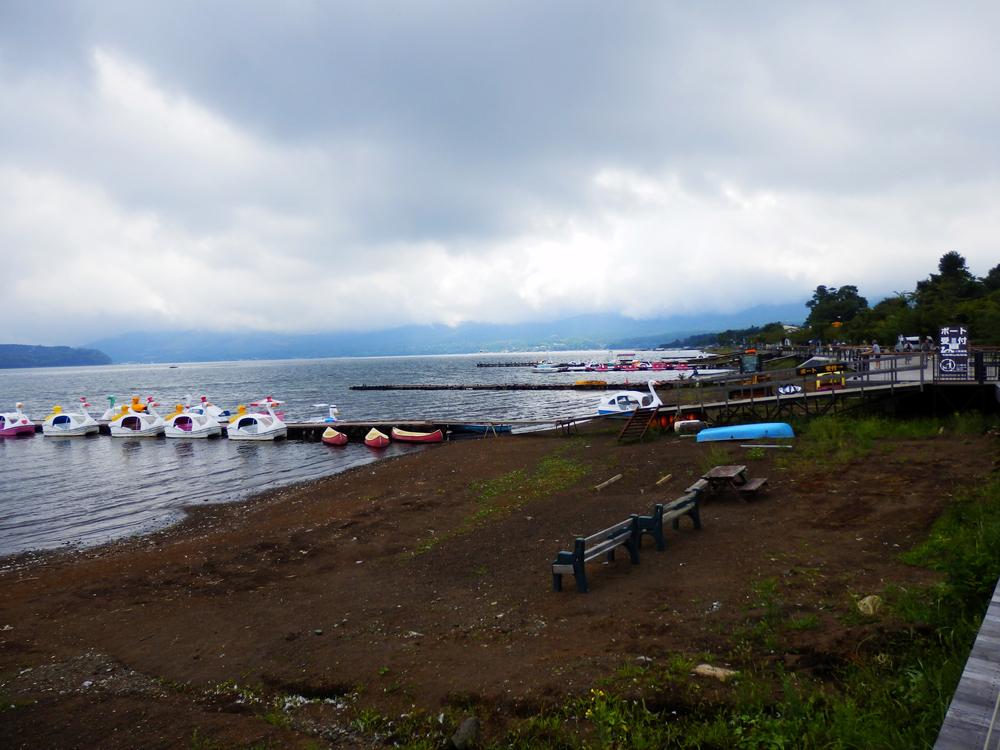 山中湖の湖畔から湖南を望む