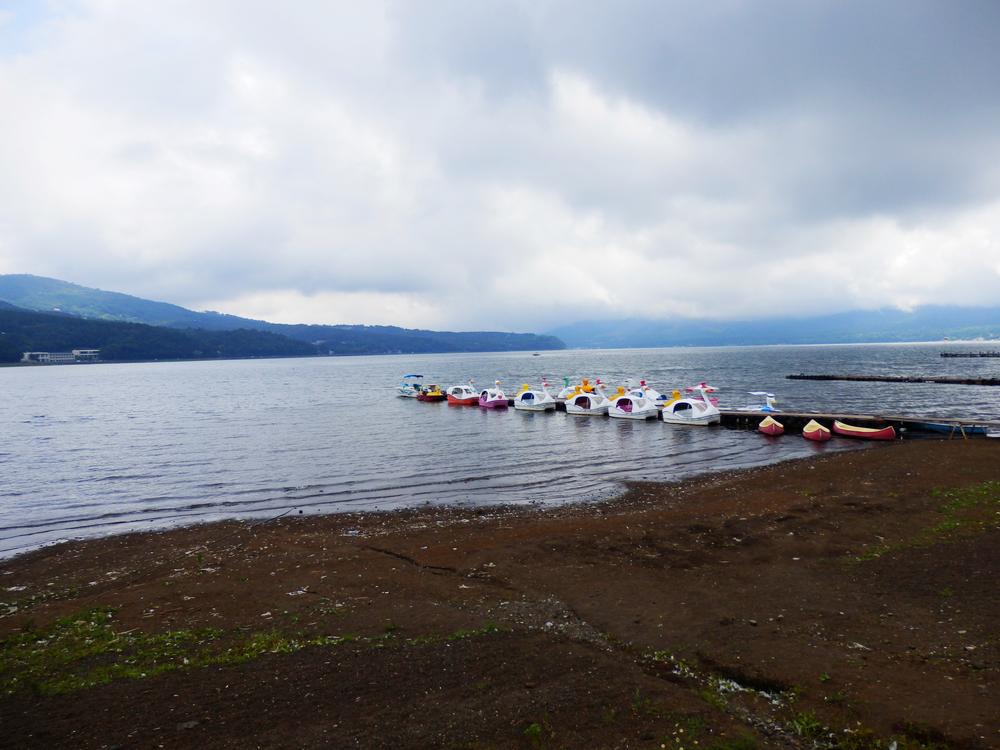 山中湖の湖畔からスワンボート乗り場を望む