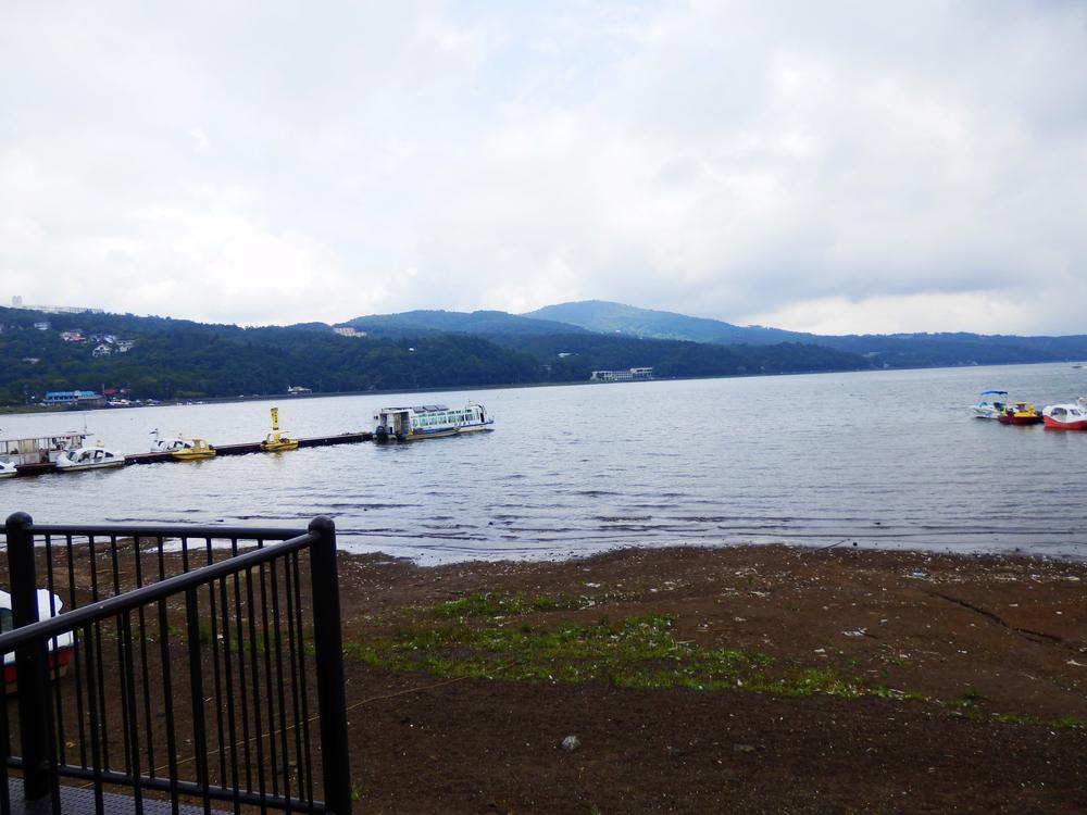 山中湖の湖畔から湖東を望む