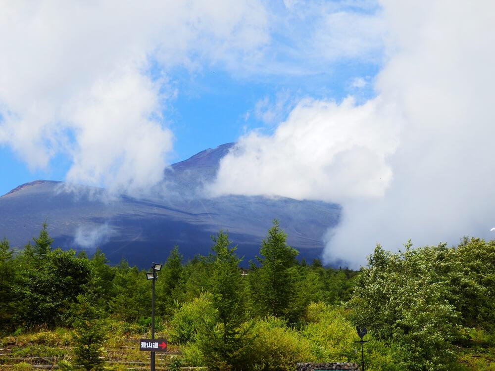 富士山御殿場口第二駐車場の登山道入り口から山頂を望む
