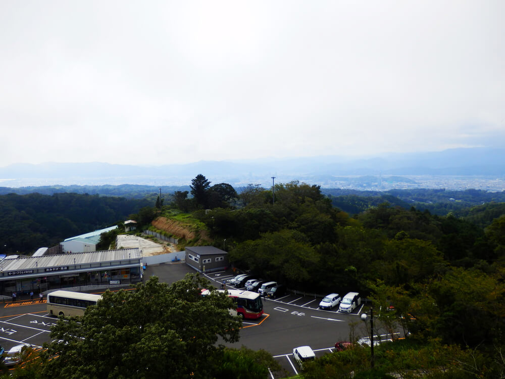 日本平のロープウェイ駅と駐車場と久能山東照宮方面の眺望