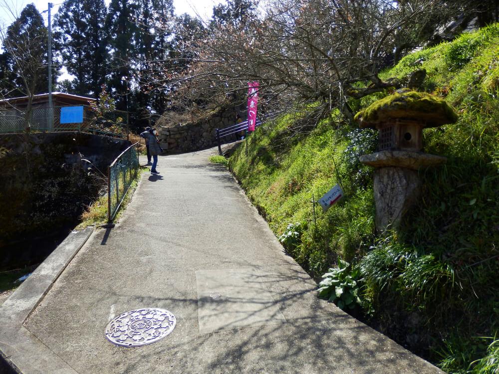 月ヶ瀬の『名勝月瀬梅林』の石柱から一目八景への参道