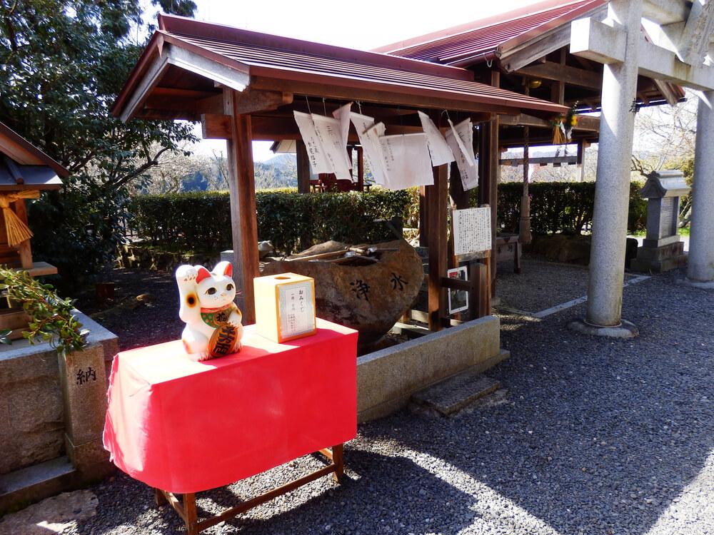月ヶ瀬の尾山天神神社のおみくじと招き猫と手水舎