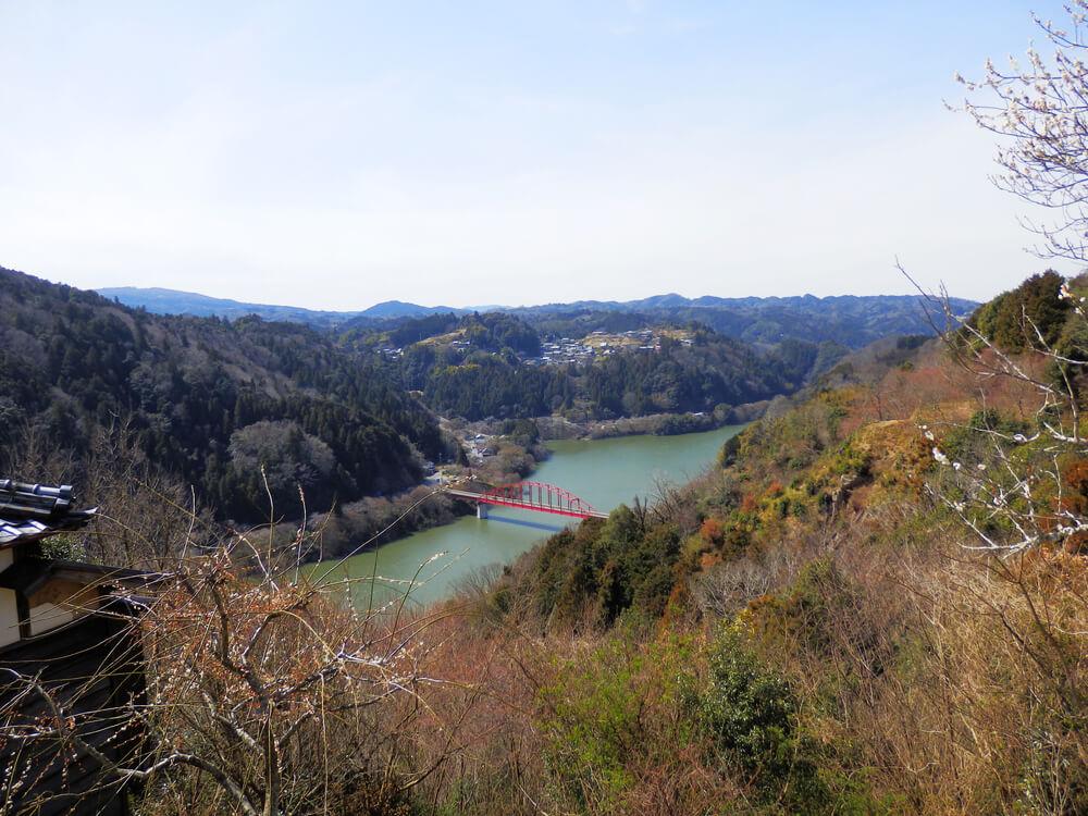 月ヶ瀬梅渓の天神梅林から月ヶ瀬橋を望む