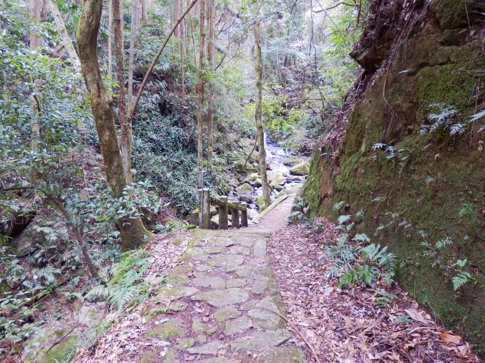 月ヶ瀬の龍王の滝への石畳の遊歩道