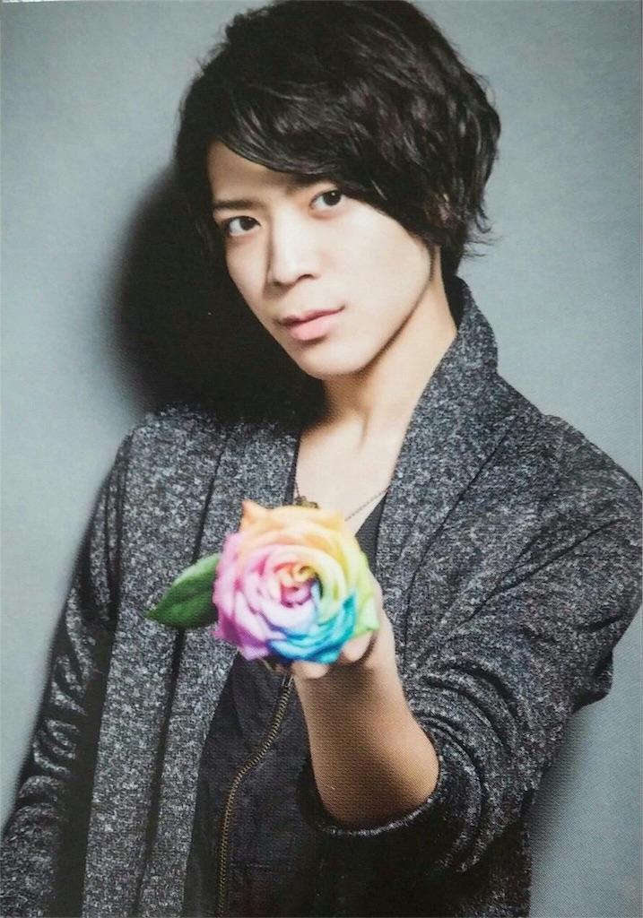 カラフルなバラを手にしている松島聡