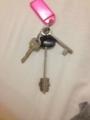 左から 集合玄関、家、個室の鍵