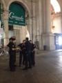 喫煙中の警察官