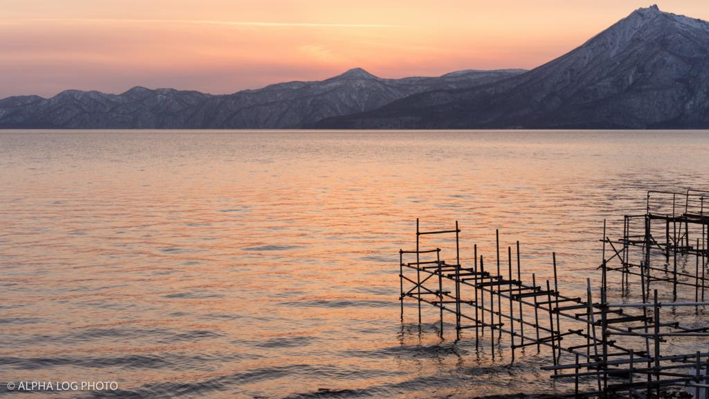 夕陽に染まる桟橋と支笏湖