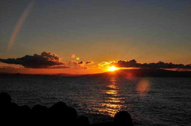 フレアが発生している夕陽の写真