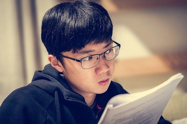 論文を読む学生