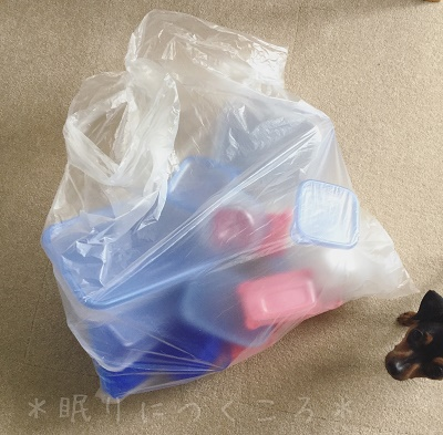 大量断捨離したプラスチック製のタッパー