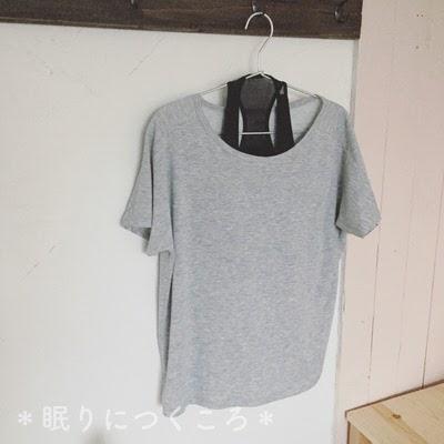ユニクロスポーツエアリズムクルーネックTシャツグレー色とコンフォートブラ黒色を合わせた感じ