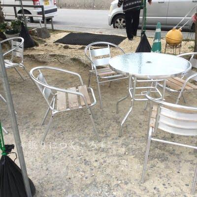 奥武島大城てんぷら店の前にあるテーブルと椅子