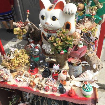 奥武島大城てんぷら店に飾られている招き猫など