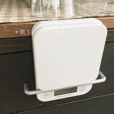 タニタのデジタルキッチンスケールをキッチン棚取っ手にひっかけて収納