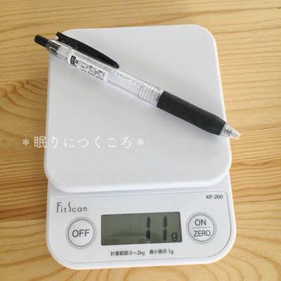 タニタのデジタルキッチンスケールでボールペンの重さを量る