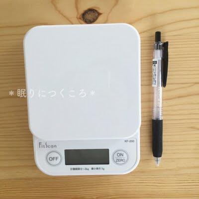 タニタのデジタルキッチンスケールとボールペンのサイズ比較