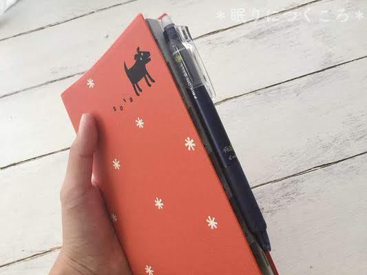 ミドリ黒いイヌ柄手帳のペンホルダーにフリクションを収納
