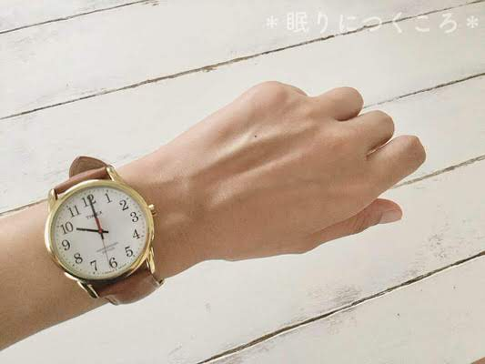 タイメックスイージーリーダー40周年記念モデル38mmを腕につけた女性