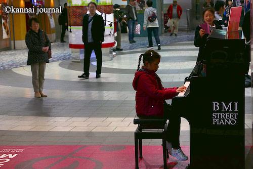関内:BMIストリートピアノ・小さいお子さんも