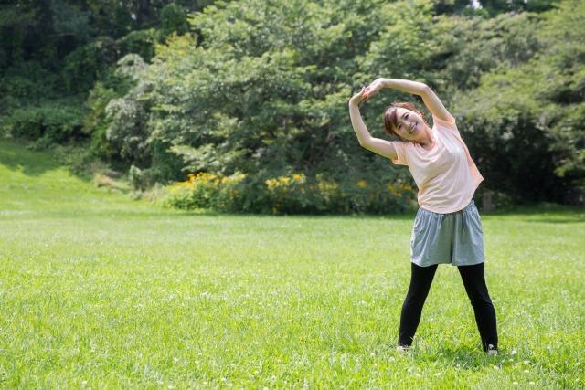 ラジオ体操をする女性