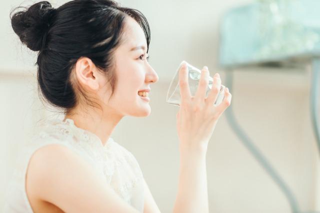 飲み物を飲む女性