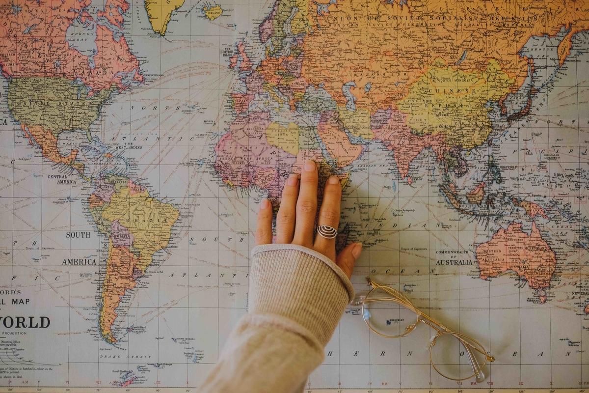 マップと女性の手
