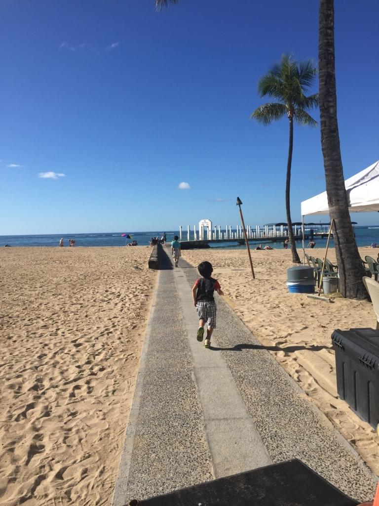 ハワイの砂浜と空。