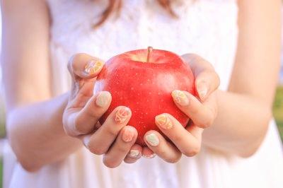 りんごを持つ女の子