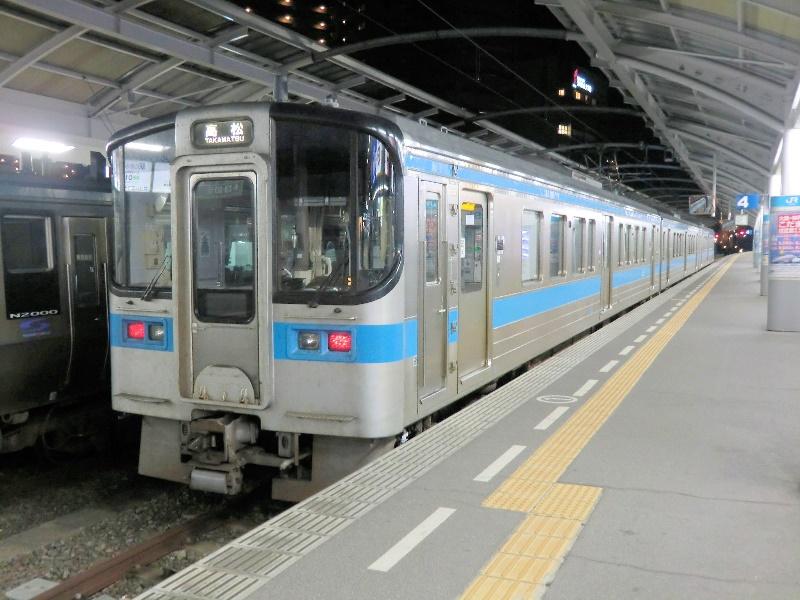 高松駅に止まるJR四国7000系電車3両編成 - JR撮影日記