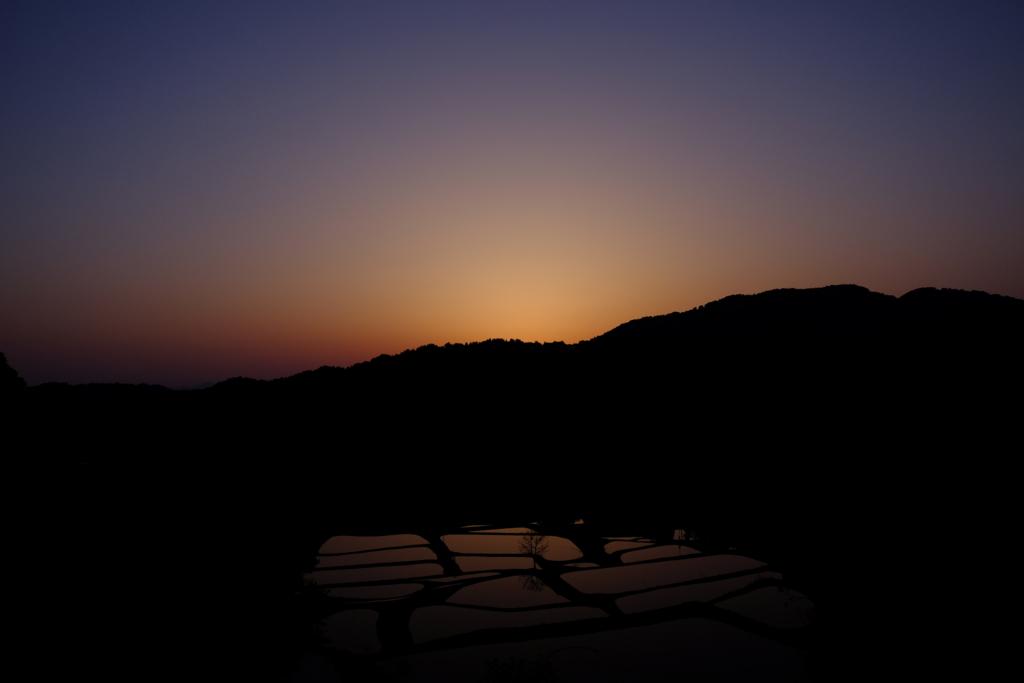 日没後の山古志の棚田と空