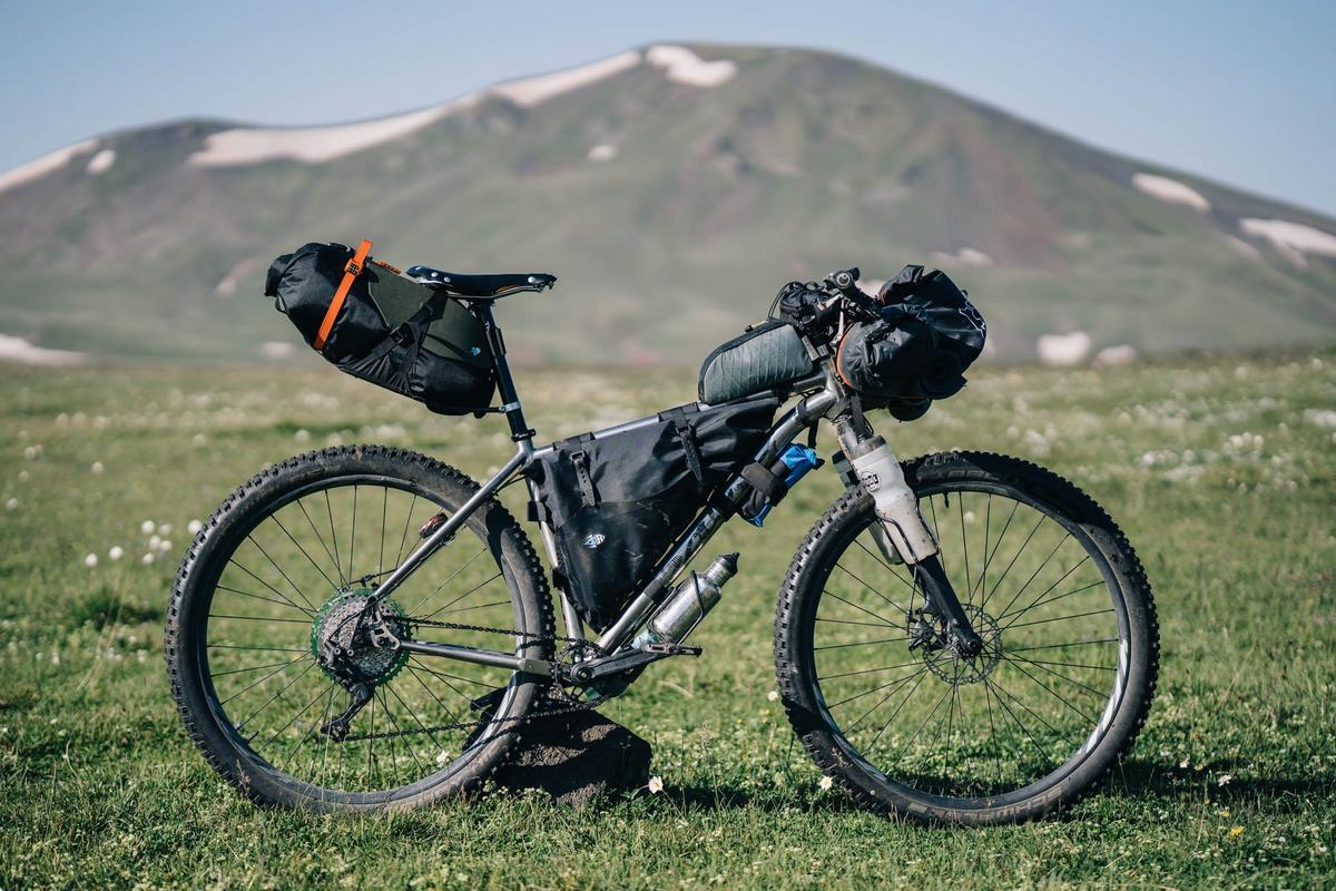 キャンプのためにe-bikeにパニアバッグを載せられるようにするには