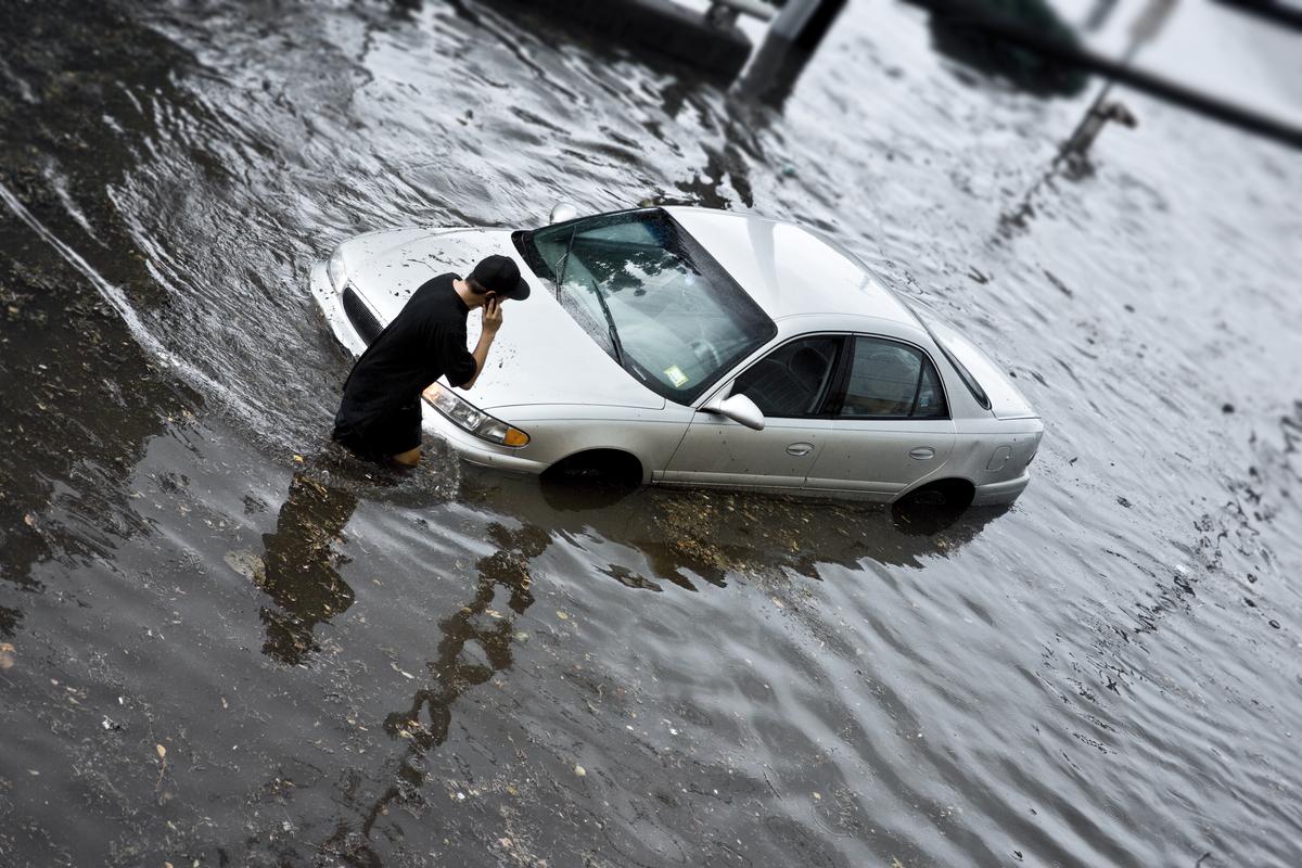台風や集中豪雨で車が浸水!どうする?