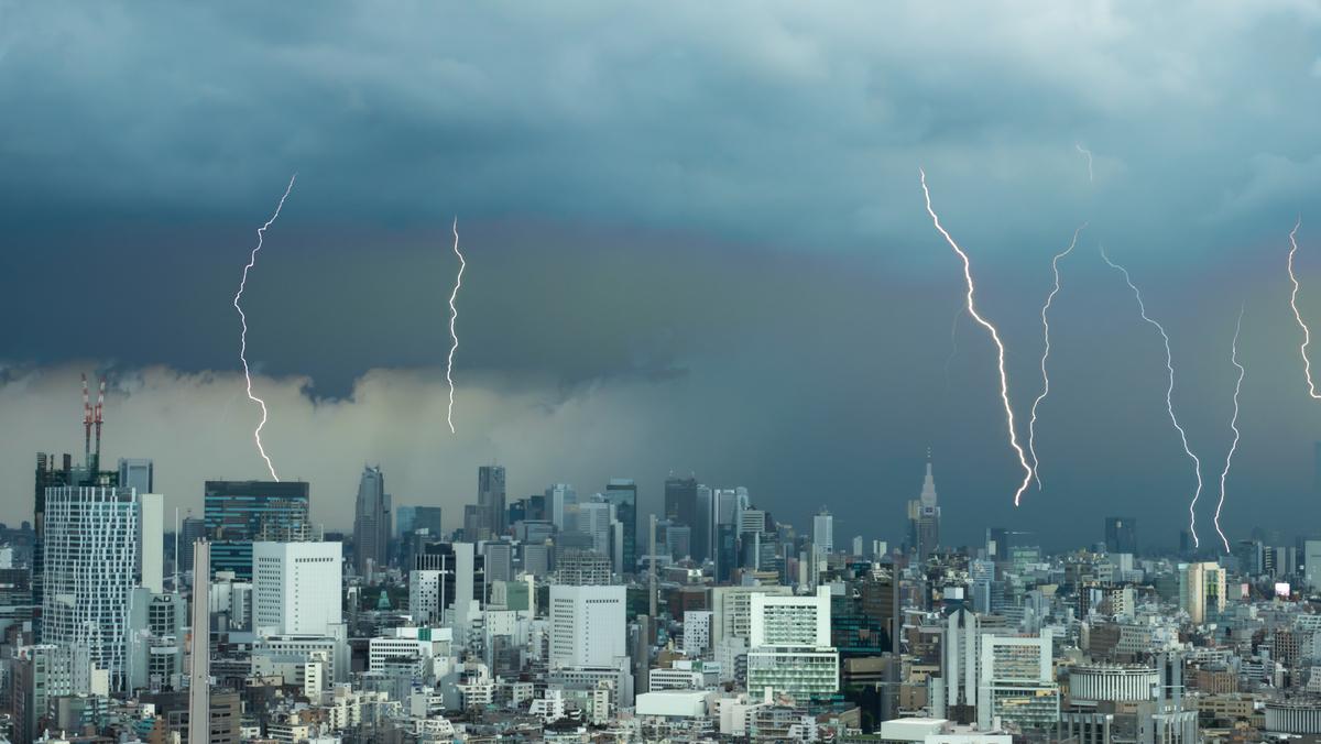 竜巻や雷が発生した時、身を守る正しい行動が取れるでしょうか