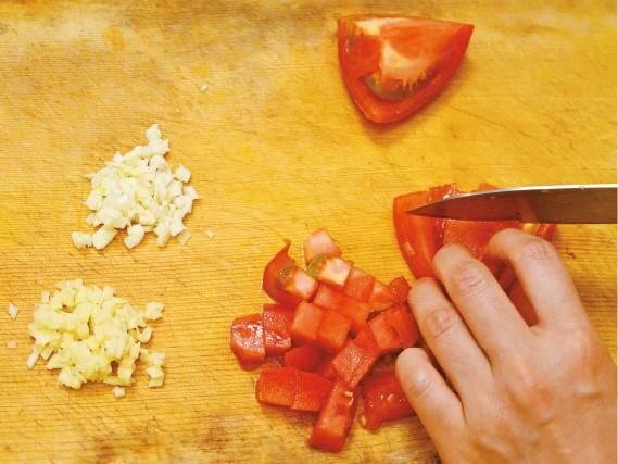 にんにく、しょうがはみじん切り、トマトはざく切りにする