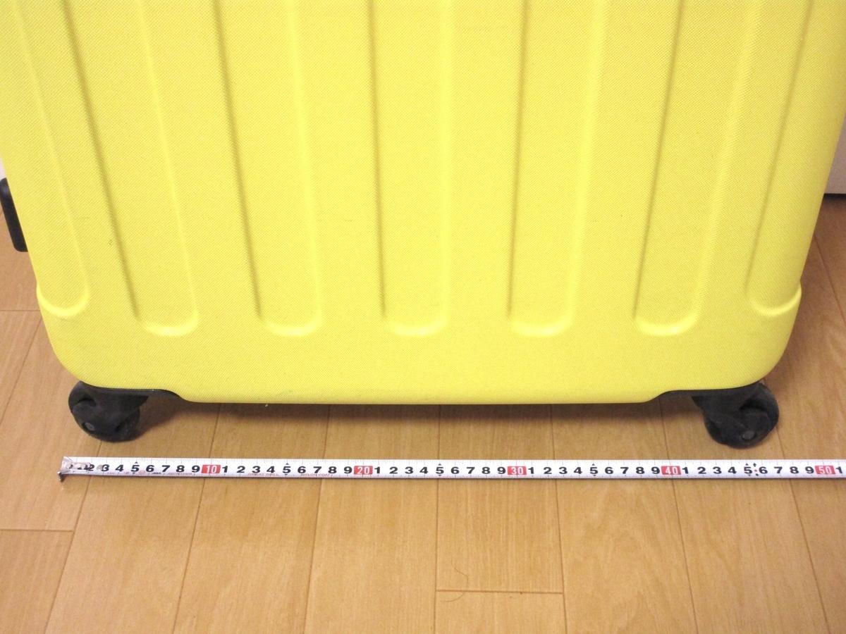 新幹線(のぞみ)の荷物棚にスーツケースを載せる