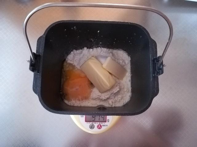 ベルギーワッフル作り1 材料をホームベーカリーのパンケースに入れる