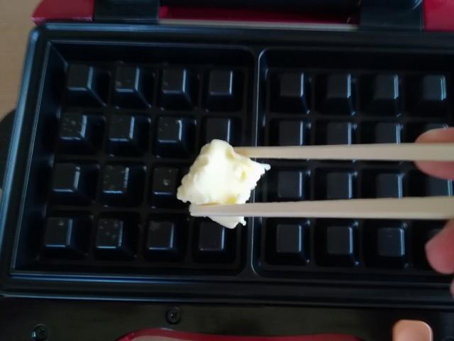ベルギーワッフル作り プレートにバターを塗る