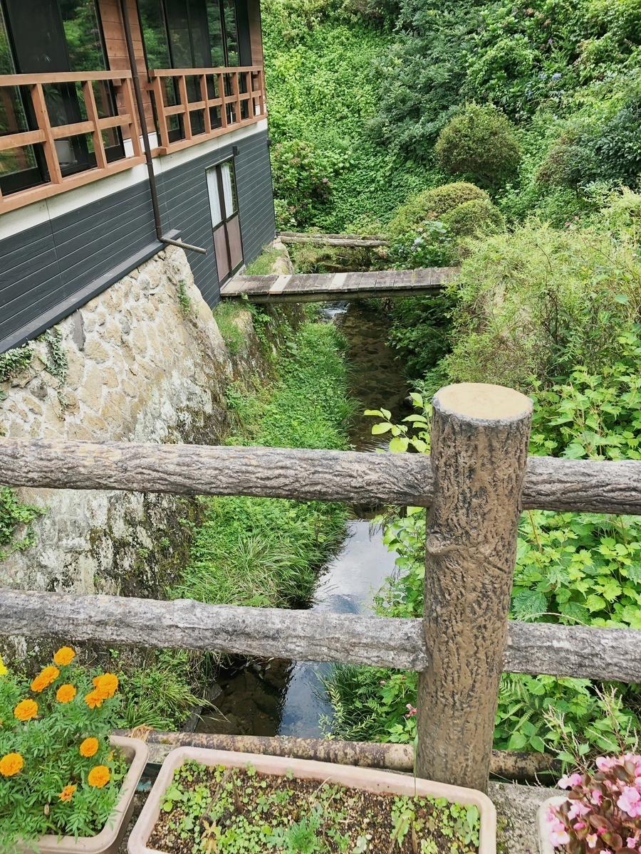 温泉横の小川