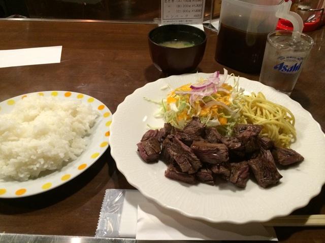 本町のステーキハウスタイムズのランチタイムステーキB200gは1,300円です。お箸で食べられるように一口サイズにカットして提供されます。